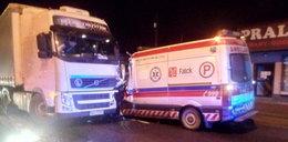 Zderzenie karetki z ciężarówką. Dwaj sanitariusze w szpitalu