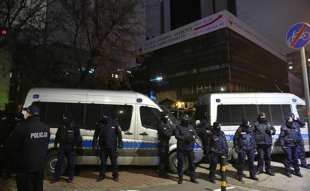 Funkcjonariusze policji podczas demonstracji przeciwko zaostrzeniu prawa aborcyjnego PAP/Radek Pietruszka
