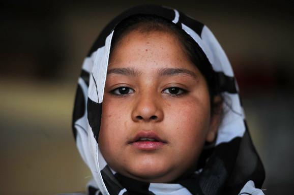 Tarana ne ide u školu zbog jakih bolova i vreme provodi igrajući se sa sestrama u trošnoj kućici i blatnjavom dvorištu