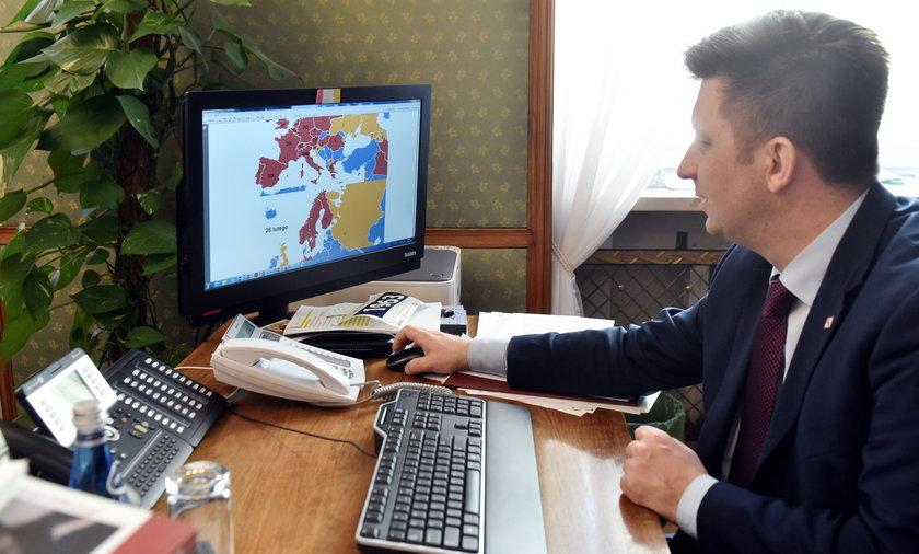 Na zdjęciu: szef Kancelarii Premiera Michał Dworczyk pokazuje wszystkim zainteresowanym, co ma na komputerze.
