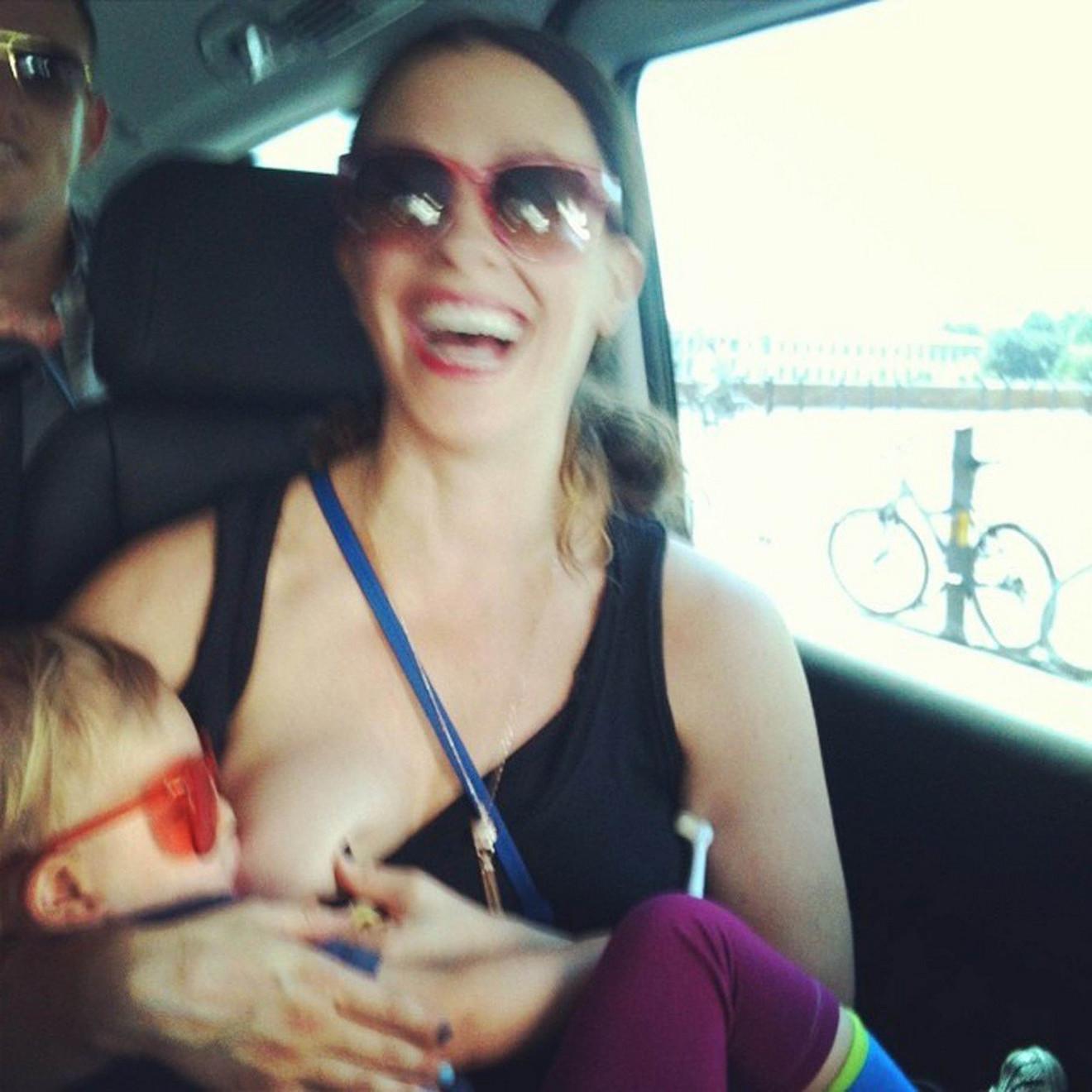 Alanis Moriset je i u toku putovanja dojila svog sina