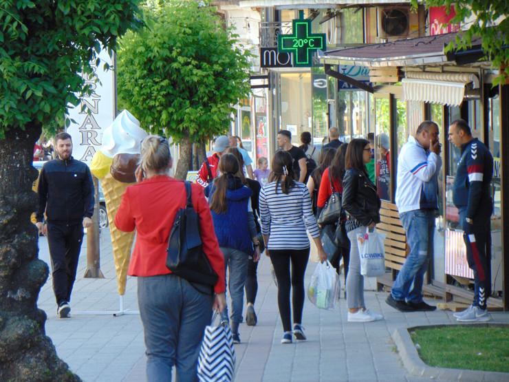 VRANJE06 Vranje centar grada pesacka zona maske korona foto Branko Janackovic