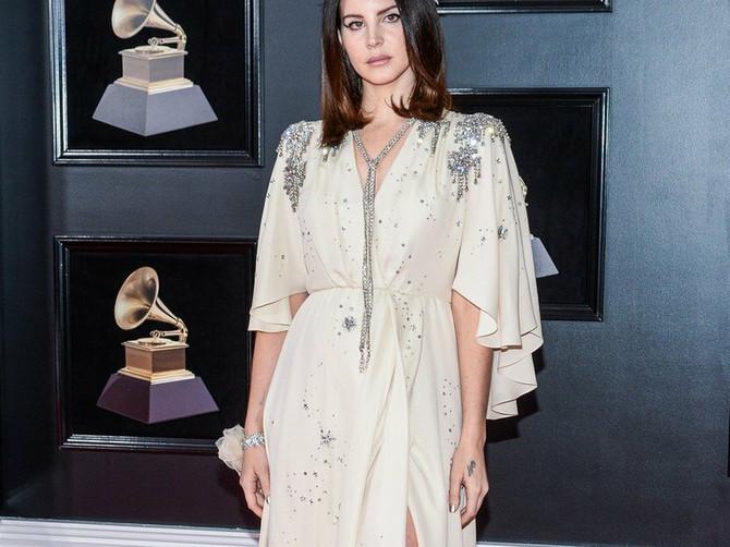 Lana u markiranoj haljini: Ali se sa njenog operisanog lica pogled NE POMERA