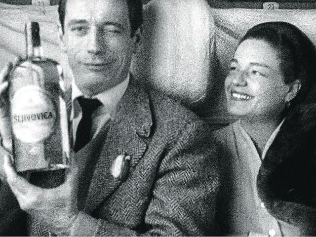 Iv Montan i Simon Sinjore sa flašom šljivovice
