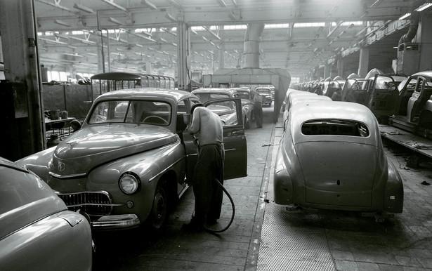 Montaż samochodów warszawa w fabryce FSO na Żeraniu, 1957 r.