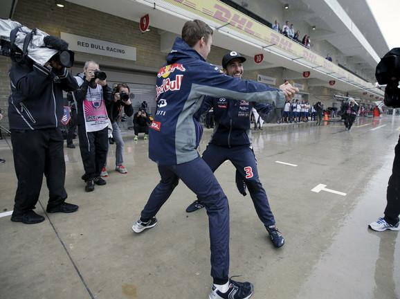 Vozači Red Bula Kvjat i Rikiardo plešu po kiši u Ostinu