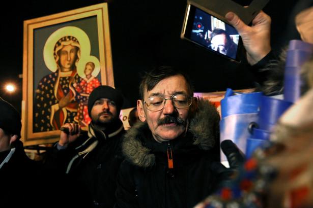 Uczestnicy marszu pikietują przed siedzibą TVP, PAP/Tomasz Gzell