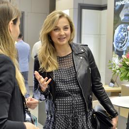 Ciężarna Małgorzata Socha z koleżankami na otwarciu salonu
