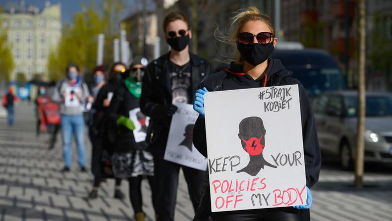 Uczestnicy kolejkowego protestu