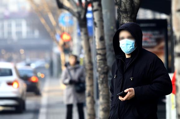 Sa maskama i na autobuskom stajalištu