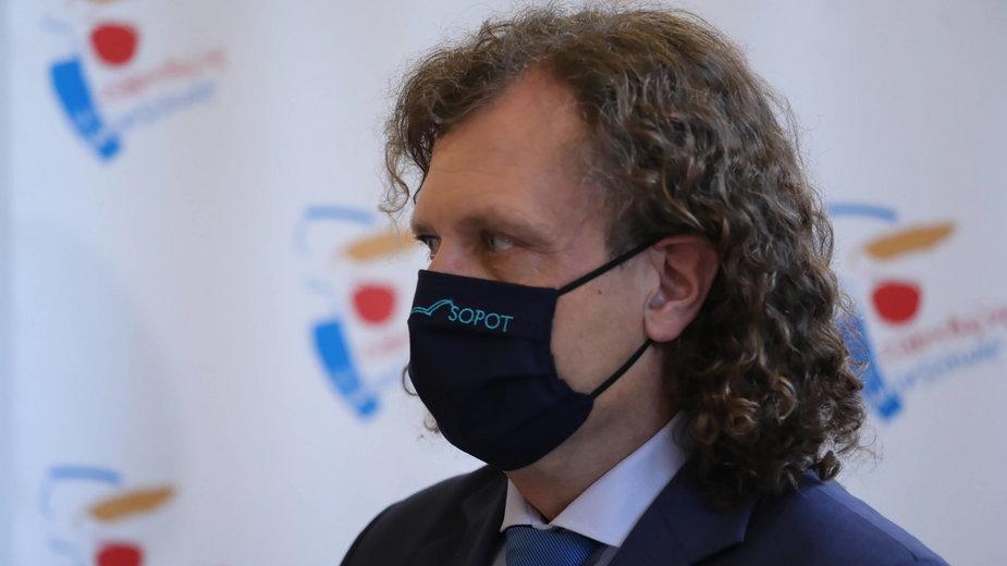 Prezydent Sopotu Jacek Karnowski podczas konferencji prasowej dot. sytuacji finansowej samorządów