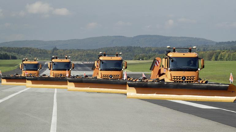 Mercedesy bez kierowców na lotnisku