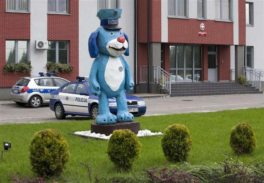 Pomnik psa przed komisariatem