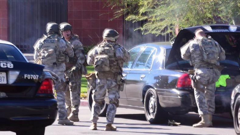 Policjanci na miejscu strzelaniny w San Bernandino