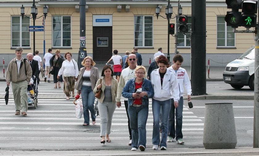 piesi na przejściu dla pieszych