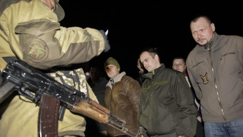 Grupa ukraińskich żołnierzy przekazanych przez separatystów