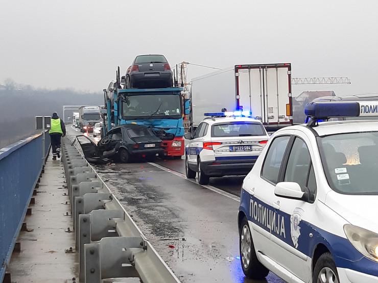 Nesreća ostružnica kamion automobil policija