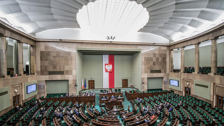Sejm, tarcza antykryzysowa /shutterstock