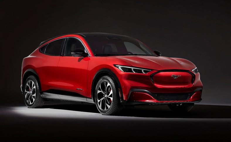 Ford Mustang Mach E. Źródłem życia będą silniki z magnesami trwałymi, a napęd trafi na tylną oś lub na cztery koła