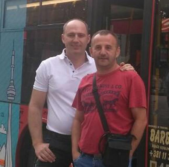 Ivan (u crvenoj majici) sa kolegom