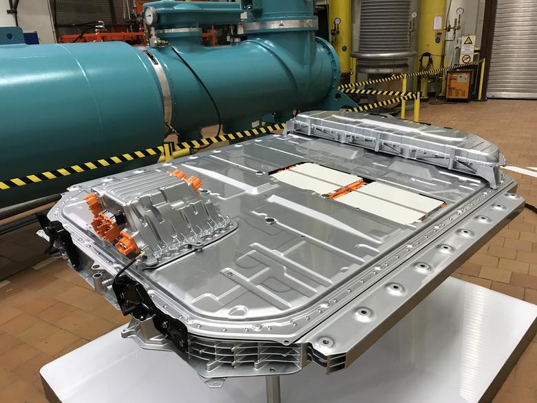 Audi e-tron - moduł z bateriami waży 700 kg. Jest przykręcony do nadwozia