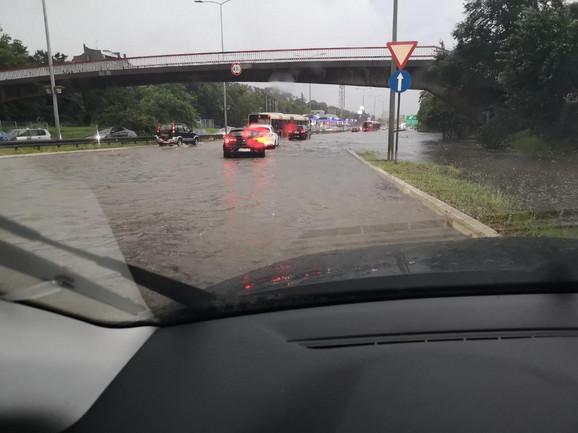 Autoput je već poplavljen