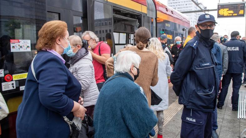 Koronawirus, Łódź, kontrola noszenia maseczek w pojazdach komunikacji miejskiej