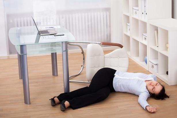Część ekspertów twierdzi, że każde wprawienie się w stan nietrzeźwości należy uznawać za zerwanie związku z pracą, nie sposób bowiem przesądzić, jak zachowałby się trzeźwy pracownik w sytuacji niebezpieczeństwa