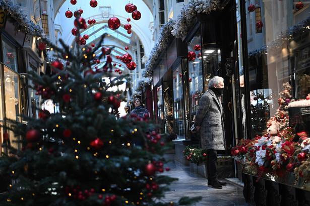 Johnson ogłosił też znaczące ograniczenie planowanego poluzowania restrykcji na okres Bożego Narodzenia.