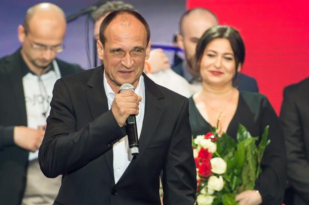 Paweł Kukiz podczas wieczoru wyborczego w hali widowiskowo-sportowej w Lubinie