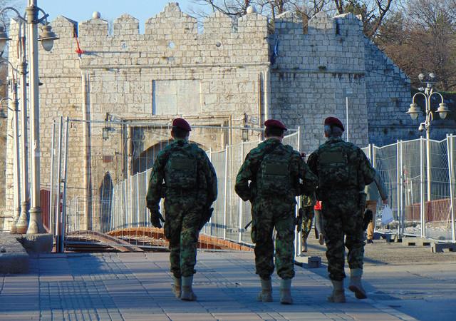 Patrola pripadnika 63. padobranskog bataljona u centru Niša zbog epidemije korona virusa