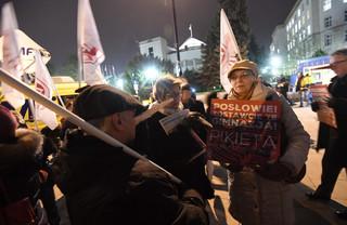 """""""Stop dla chaosu w szkole"""". Protest rodziców i nauczycieli przed Sejmem"""