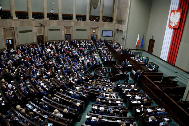 Za ustawą głosowało 260 posłów, pięciu było przeciw, a pięciu wstrzymało się od głosu.