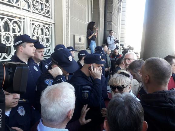 Protest ispred Predsedništva
