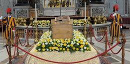 Wystawili na widok trumnę z ciałem papieża