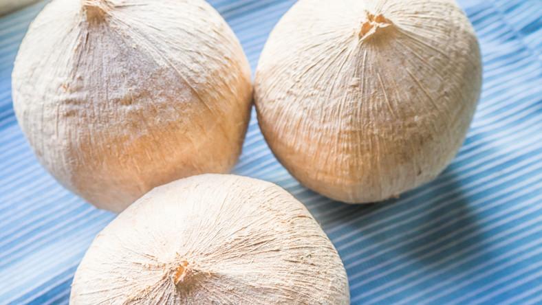 Białe, ze stożkowym czubkiem – młode kokosy – to bomba witamin i składników mineralnych. Polecane są zwłaszcza osobom aktywnym fizycznie. Woda kokosowa uznawana jest za najlepszy izotonik.