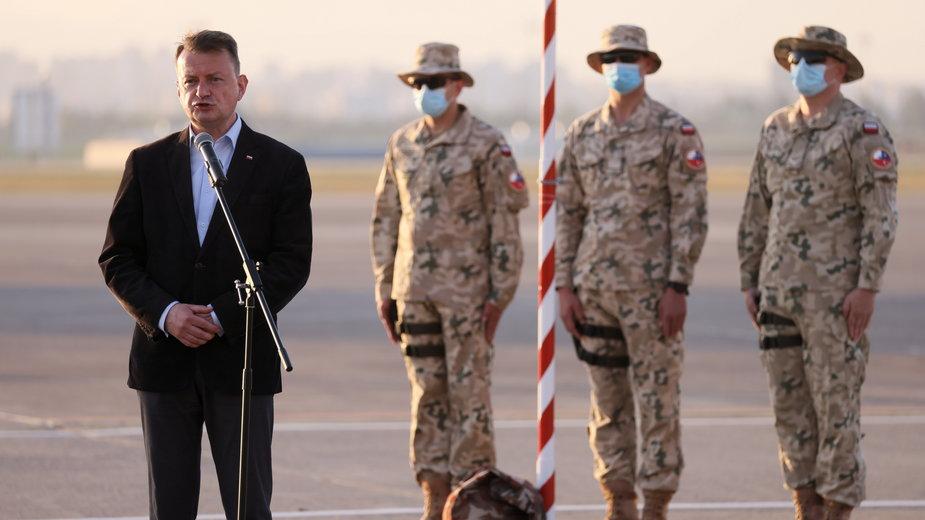 Minister obrony narodowej Mariusz Błaszczak z żołnierzami Polskiego Kontyngentu Wojskowego, stacjonującego w Turcji