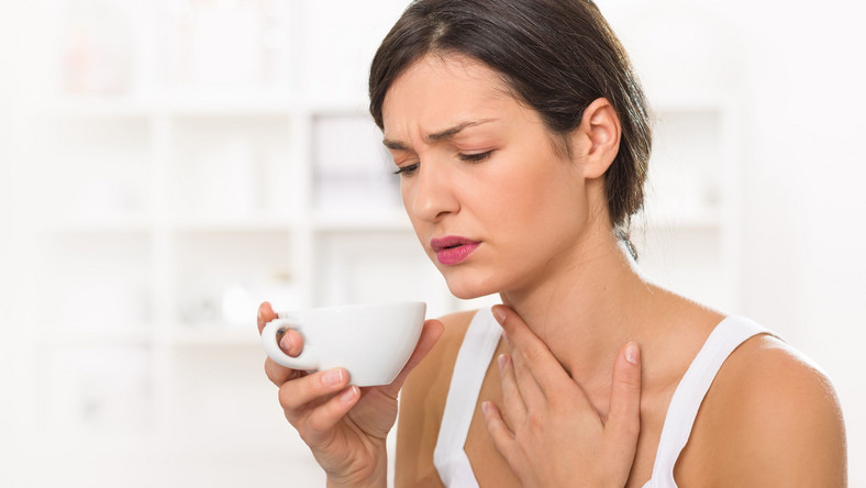 Kobieta ma problem z przełykaniem, ból gardła