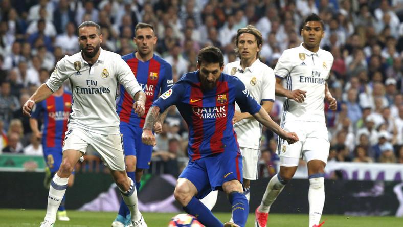 """Mecz ledwie się rozpoczął, a już mieliśmy pierwszą kontrowersję. W 2. minucie po starciu z Umtitim w polu karnym Katalończyków padł Ronaldo. Francuz nie trafił w piłkę lecz w nogę Portugalczyka. Sędzia jednak nie podyktował """"jedenastki""""."""