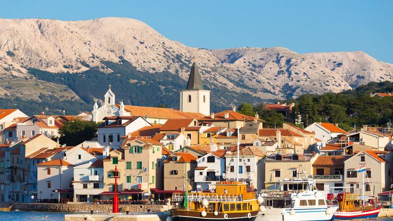 Największa z wysp Chorwacji znana jest nie tylko z tego, że obcokrajowcom, nawet tym posługującym się językami słowiańskimi, trudno jest wymówić jej nazwę. Jej mieszkańcy szczycą się tym, że kultura Krk sięga w przeszłość znacznie dalej niż w przypadku kontynentalnej Chorwacji. Można się o tym przekonać już choćby podczas spaceru po głównym mieście wyspy, noszącym tę samą nazwę. Wąskie uliczki kryją zabytki starożytności, budowle wczesnochrześcijańskie, a przede wszystkim niezwykłą architekturę sakralną. Nawet ci, których ona nie interesuje, z pewnością będą pod wrażeniem. Z jednej strony można tu podziwiać niezwykłe średniowieczne świątynie, których styl w porównaniu z zachodnią Europą może wydawać się niemal orientalny, z drugiej zaś budowle takie jak Saint Donat - bardzo surowe i skromne, a mimo to mające w sobie coś eterycznego.