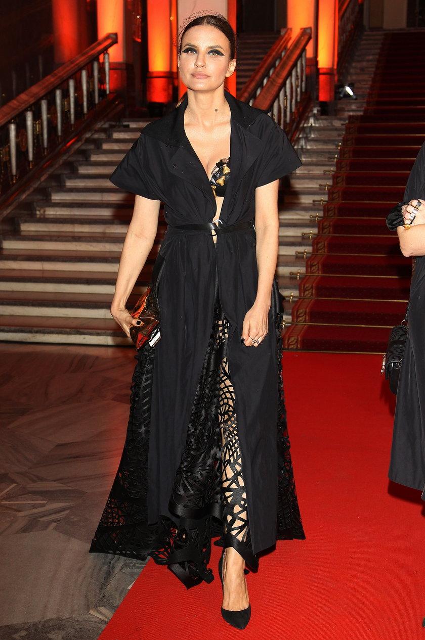 Joanna Horodyńska w czarnej sukni na czerwonym dywanie