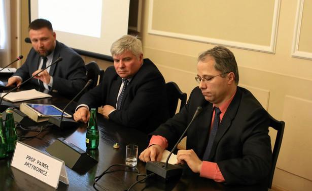 Marcin Kierwiński (PO) zarzucił na środowej konferencji prasowej, że Jaki przedstawił tylko założenia do projektu, zamiast pokazać i złożyć w Sejmie cały projekt ustawy.