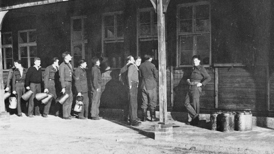 Więźniowie Stalag Luft III w czasie wydawania posiłków