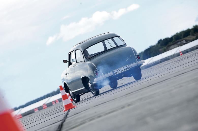 Lloyd pod wieloma względami ustępuje Trabantowi, ale nie zmieni to tego, że jego forma i to, co wniósł do niemieckiej motoryzacji, są ważne.