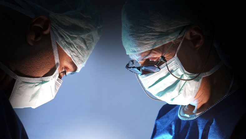 Wśród nowotworów najgroźniejszym zabójcą pozostaje rak płuc - wynika z ostatnich danych WHO. Odpowiada za 16,7 proc. zachorowań wśród mężczyzn na całym świecie (oraz 23,6 proc. zgonów). Wśród kobiet najczęściej diagnozuje się nowotwór piersi (25,2 proc. przypadków i 14,7 proc. zgonów). Za 13,8 proc. nowotworowych zgonów wśród kobiet odpowiada z kolei rak płuc. Na kolejnych miejscach znajdują się nowotwory jelita grubego, prostaty i żołądka