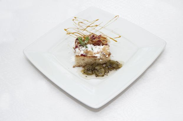 Ciasto drożdżowe z rabarbarem i kruszonką podane z konfiturą z agrestu