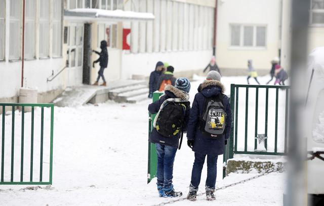 Škola đaci koronavirus korona  dvorište