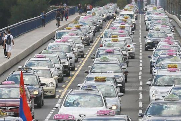 """""""HALO TAKSI? ŽAO NAM JE, BLOKIRAMO SAOBRAĆAJ"""" Taksisti su godinama pravili KOLAPS na ulicama, a evo kako je to izgledalo"""
