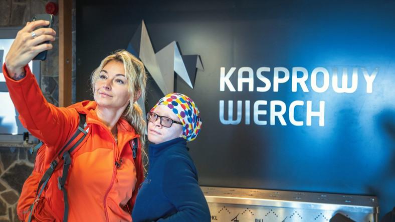 Martyna Wojciechowska wraz z adoptowaną córką Kabulą wjechały we wtorek 20 września koleją na Kasprowy Wierch.