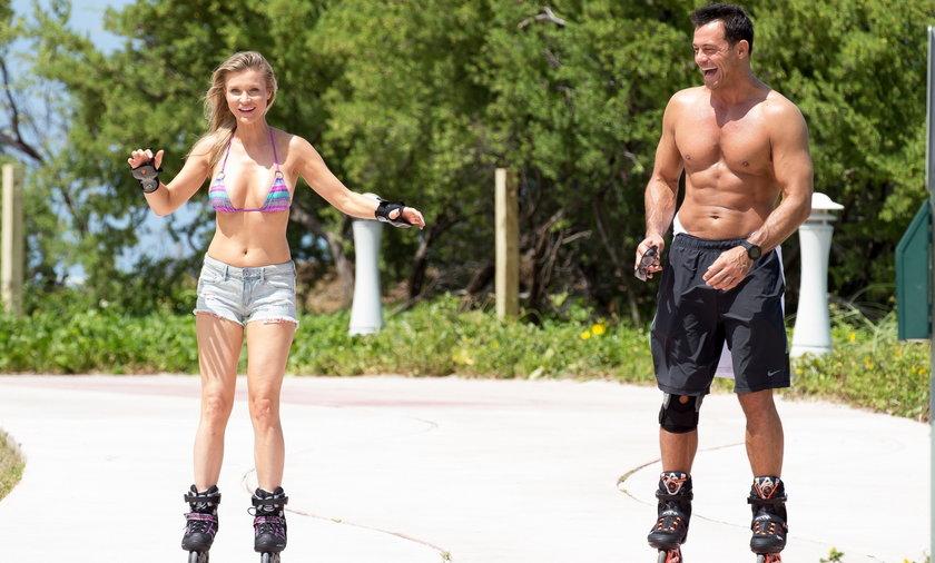 Joanna Krupa w bikini z mężem na rolkach